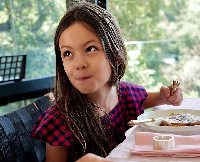 Bé Tép (Lea) mắt long lanh khi vừa ăn vừa tám chuyện.