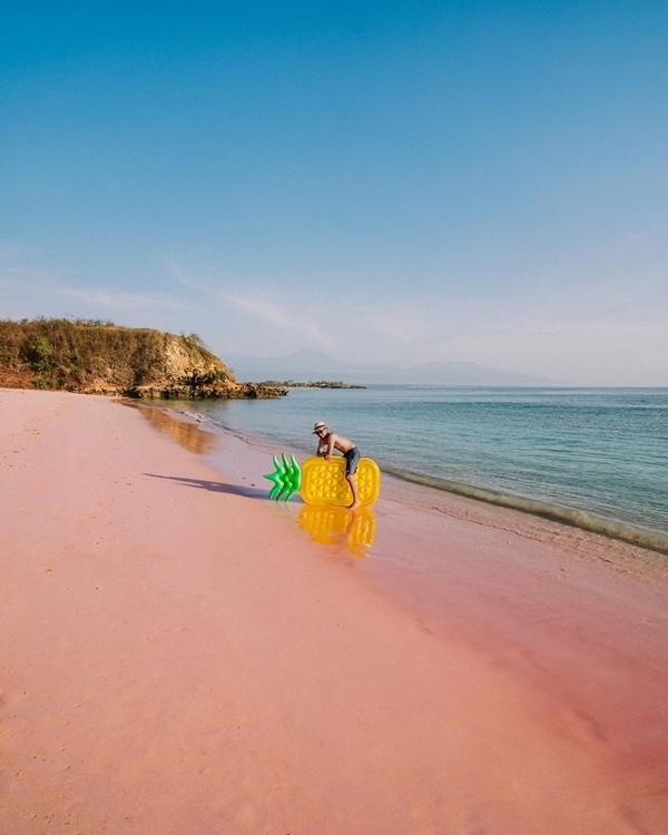 Muốn tới Gili Pasir, bạn phải đến bờ biển phía Đông Lombok, nơi nổi tiếng với các hoạt động lặn ngắm san hô và bãi cát hồng đặc trưng. Sở dĩ cát ở đây có màu đặc biệt là nhờ sự kết hợp giữa những sinh vật biển siêu nhỏ màu hồng, cùng san hô đỏ tạo nên sắc màu rạng rỡ hiếm thấy khi được ánh mặt trời chiếu vào.