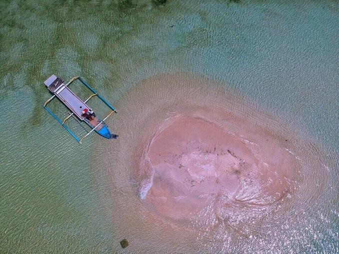 Tuy nhiên,Gili Pasir như một ụ cát nhỏ nổi lên giữa biển. Nó chỉ xuất hiện khi thủy triều rút, để lộ bờ cát.