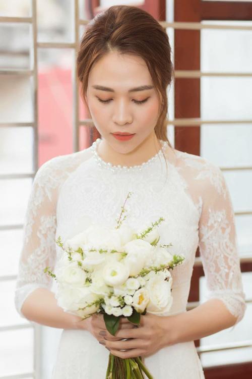 Tôi đã từng thiết kế váy cho Thu Trang nhiều lần nên nắm rõ số đo của cô dâu. Chính vì vậy, dù thời gian gấp rút, chỉ có 2 ngày nhưng chiếc áo vẫn vừa vặn và không cần chỉnh sửa gì thêm, NTK bật mí.