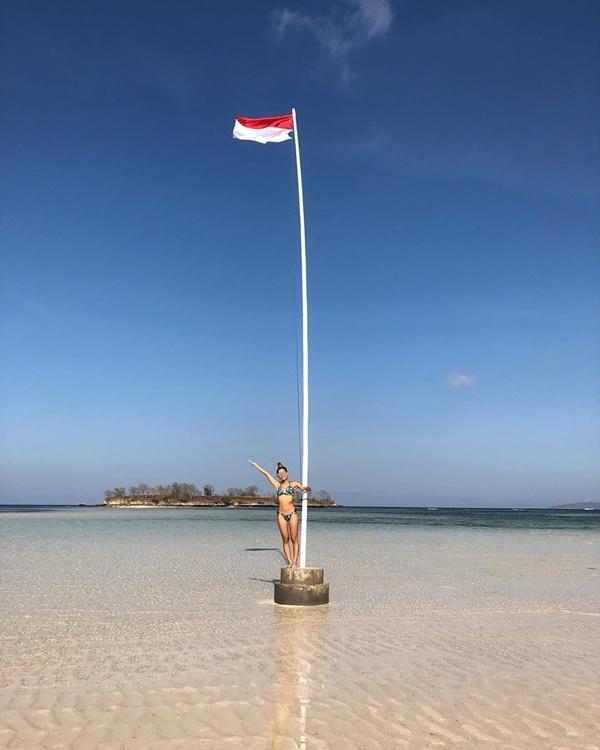 Có những hôm nước cạn, bạn thậm chí có thể đi bộ từ bờ bên kia của hòn đảo thuộc quần đảo Gili sang. Thế nhưng cách tốt nhất vẫn là nên thuê một chiếc thuyền tư nhân, đến đây vui chơi, tắm biển cho thỏa thích rồi muốn trở về lúc nào cũng được.