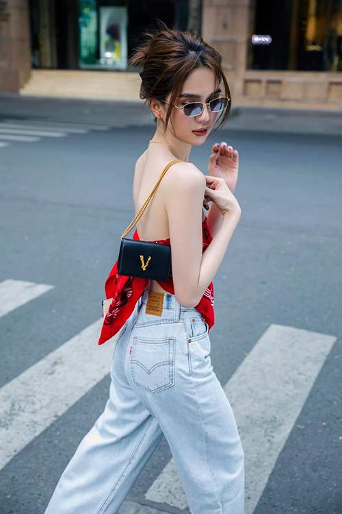 Sau thời gian dài ở nhà tránh dịch Covid-19, Ngọc Trinh có cơ hội xuống phố cùng stylist, nhiếp ảnh để chụp hình street style.