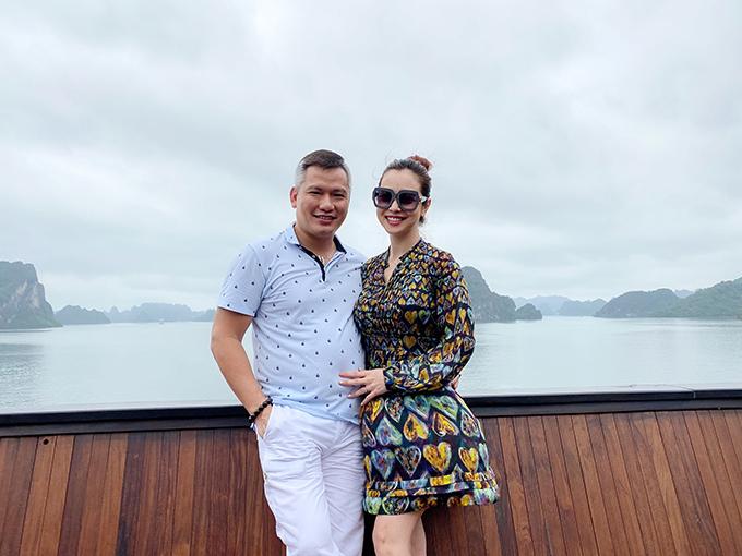 Bé Na - con gái lớn của vợ chồng Jennifer Phạm - chính là người đảm nhận vai trò phó nháy cho cặp đôi trong chuyến đi này.