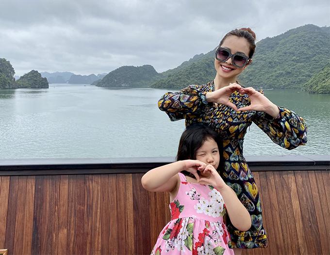 Trước đó, vợ chồng Jennifer Phạm cũng đưa bé Na và bé Nu đi chơi ở nông trại của người thân tại Hòa Bình nhưng chỉ đi về trong ngày.