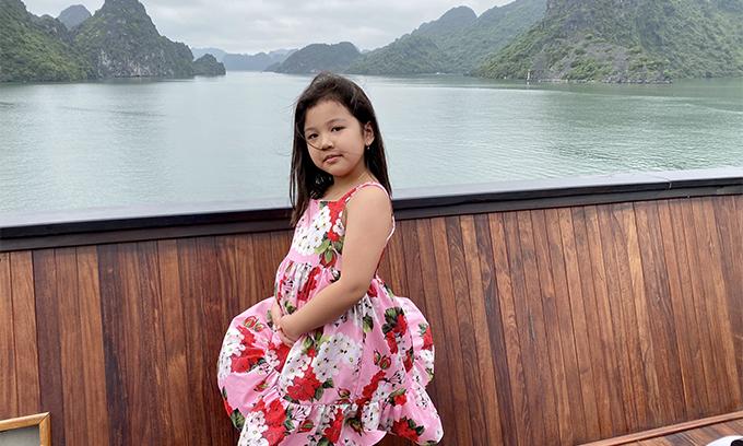 Bé Na chọn váy hoa rực rỡ, điệu đà khi đi chơi cùng gia đình. Jennifer Phạm cho biết, con gái càng lớn càng điệu. Cô bé có năng khiếu nhảy múa, đi catwalk từ nhỏ.