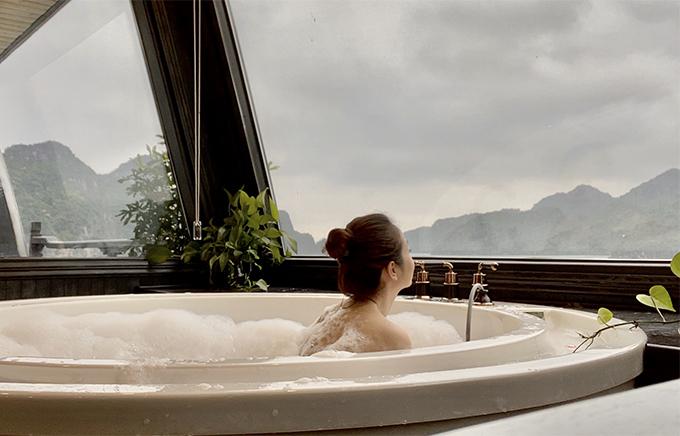 Bà mẹ bốn con tận hưởng những phút giây thư thái khi nhìn ngắm kỳ quan thiên nhiên của Vịnh Hạ Long từ phòng tắm.