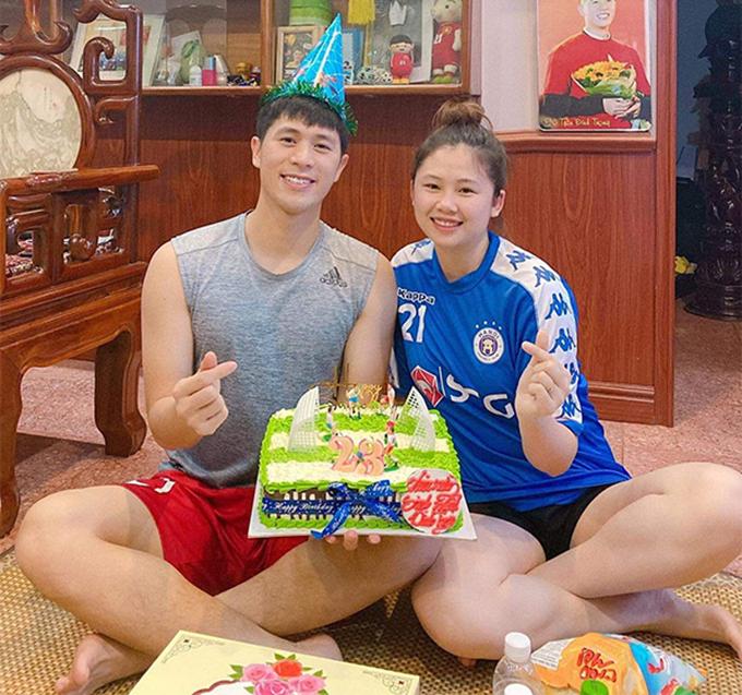 Đình Trọng và bạn gái Trang Heo(23 tuổi, quê Điện Biên) hẹn hò từ năm 2014 khi anh còn là một cầu thủ trẻ của CLB Hà Nội. Cả hai đều khá kín tiếng, chỉ thể hiện tình cảm với nhau trong những dịp đặc biệt quan trọng như sinh nhật, Valentine hay kỷ niệm ngày yêu. Mối quan hệ của cặp đôi được hai bên gia đình ủng hộ và chỉ còn chờ tổ chức đám cưới.