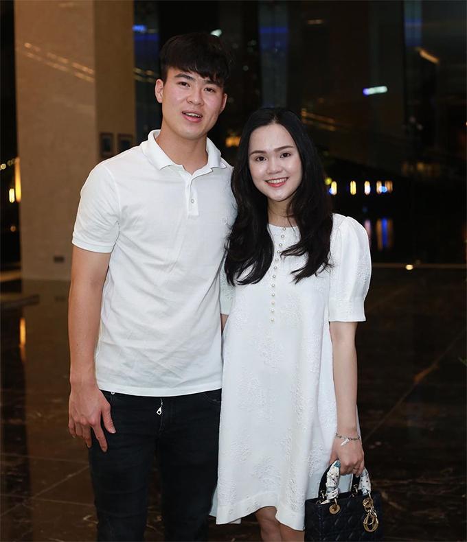 Giống đồng đội Phan Văn Đức, Duy Mạnh cũng chuẩn bị lên chức bố. Trung vệ sinh năm 1996 và bạn gái Quỳnh Anh tổ chức đám cưới hôm 9/2 vừa qua sau 5 năm hẹn hò. Quen nhau từ hồi năm 2015 nhưng phải tới sau giải U23 châu Á 2018, cặp đôi mới thực sự công khai tình cảm.
