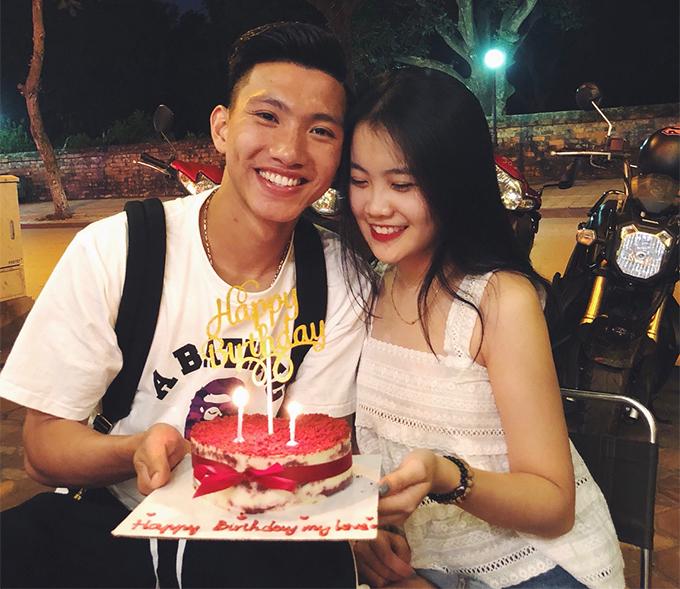 Đoàn Văn Hậu, sinh năm 1999, là em út của lứa cầu thủ U23 Việt Nam 2018. Tuy nhiên, trong khi nhiều đàn anh còn đang ế,hậu vệ hiện khoác áo CLB Heerenveen tại Hà Lan đã công khai bạn gái Hoàng Anh từ nhiều năm nay. Cặp đôi vẫn đang hạnh phúc dù phải yêu xa.