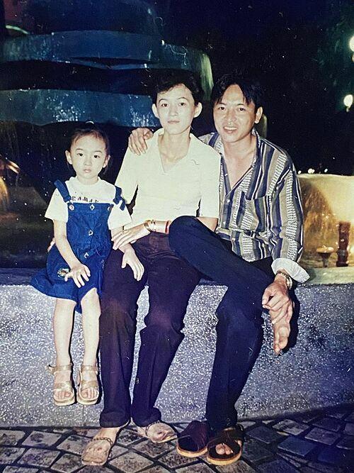 Ảnh thời thơ ấu của Angela Phương Trinh bên bố mẹ.