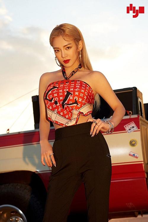 Hyoyeon cựu thành viên của SNSD dùng khăn lụa Louis Vuitton để làm áo sexy mặc cùng quần suông lưng cao.
