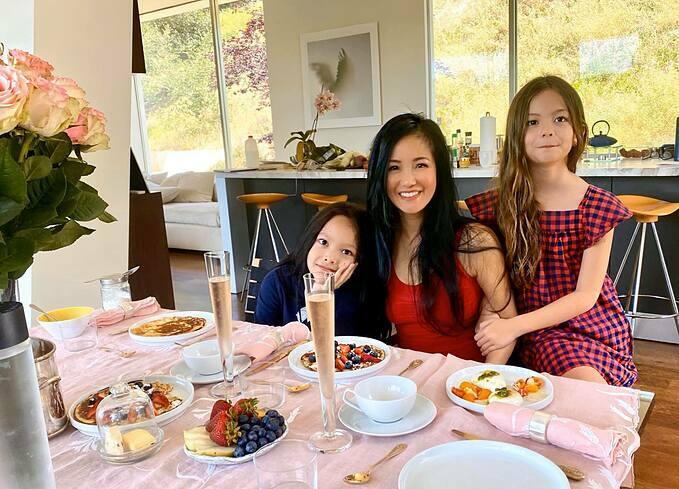 Cô Bống Hồng Nhung hào hứng khoe hôm qua (10/5) đã tận hưởng một ngày hạnh phúc trọn vẹn bên hai con Tôm, Tép. Các bé tựlàm bánh, tráng trứng, mua hoa và trang trí bàn tiệc để liên hoan nhân Ngày của mẹ. Ăn uống xong cũng dành luôn phần rửa chén.