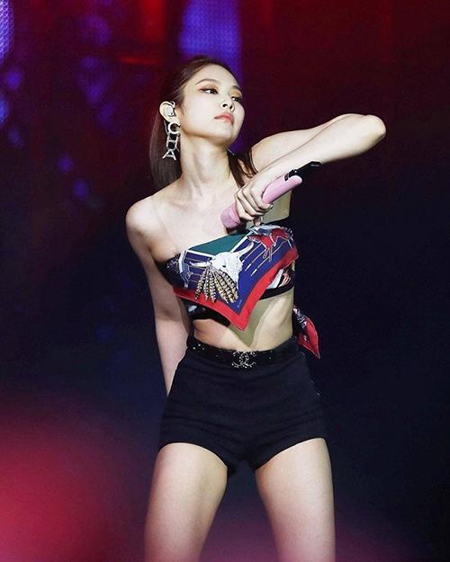 Khi xuất hiện trên sân khấu, các mẫu áo được biến tấu từ khăn lụa của Jennie Black Pink