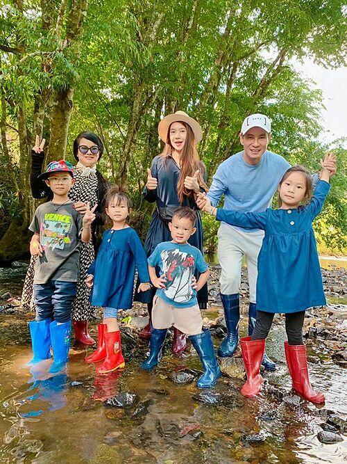 Minh Hà cho biết mỗi khi cả nhà đi đâu là bà ngoại lại một nách 4 cháu.