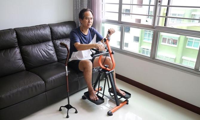 Ông Toh luyện tập tại nhà sau khi chữa khỏi Covid-19. Ảnh: Straitstimes.