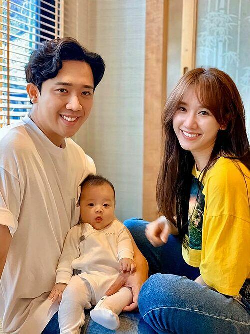 Vợ chồng Trấn Thành - Hari Won bên cháu ruột. Nam MC hỏi fan: Thấy nó giống cậu Xìn hay mợ Ri?. Nhiều khán giả bày tỏ mong muốn cặp sao nhanh có thêm thành viên mới.