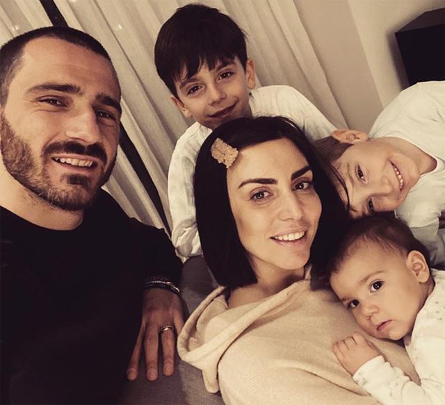Trung vệ Leonardo Bonucci của Juventus đăng ảnh bên vợ con và ảnh mẹ bên các con cùng lời thổ lộ: Hôm nay là ngày của mẹ và em bởi làm mẹ không dễ dàng. Kính chúc mẹ những điều tốt đẹp nhất, con yêu mẹ. Và cả em nữa Martina bởi không ai có thể tuyệt vời hơn em trong vai trò mẹ của các con anh.