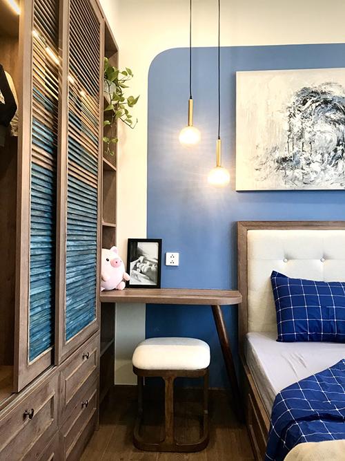 Điểm cộng của căn hộ nằm ở việc sử dụng màu sắc hài hòa. Tông nâu ấm từ nền gỗ, tường nhà phủ màu trắng, một số nội thất gam xanh giúp tạo tính thẩm mỹ.