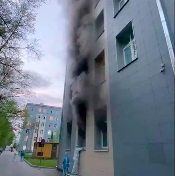 Khói của đám cháy bao phủ cả một tòa nhà trong Bệnh việnSt. George, thành phố St Petersburg, Nga sáng 12/5. Ảnh: Instagram.