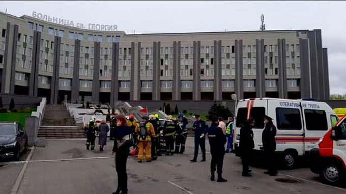 Lực lượng cứu hỏa, cảnh sát có mặt tại bệnh việnSt. George, thành phố St Petersburg, Nga, sáng 12/5. Ảnh: Instagram.