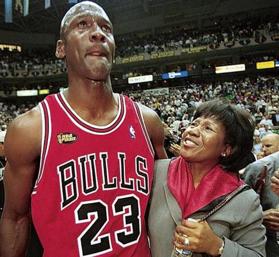 Michael Jordan và mẹ, bà Deloris Jordan sau khi giành chiến thắng tại Chung kết NBA 1998. Ảnh: CBCNews.