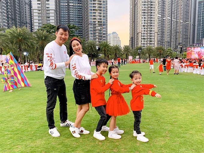 Dù bận rộn vợ chồng Ốc Thanh Vân luôn có mặt trong các hoạt động tại trường học của các con.