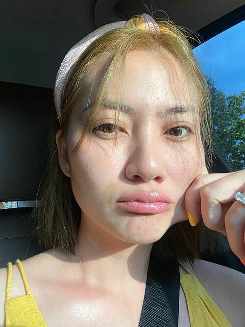 Diễn viên Ngọc Lan không ngại đăng ảnh mặt mộc khi lái xe đến phim trường.