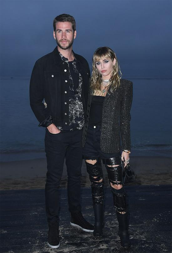 Liam Hemsworth và Miley Cyrus bên bãi biển Malibu. Ảnh: AFP.