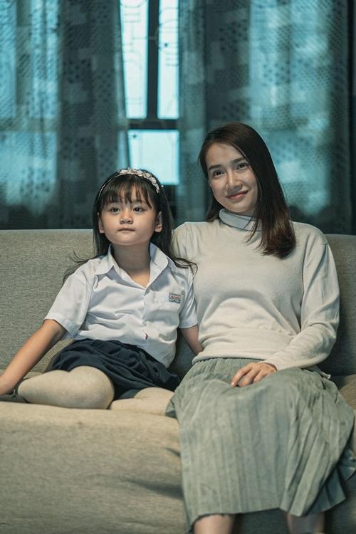 Đóng con gái của Nhã Phương trong phim là sao nhí Bảo Tiên (đóng vai Trà Long 6 tuổi trong Mắt biếc)