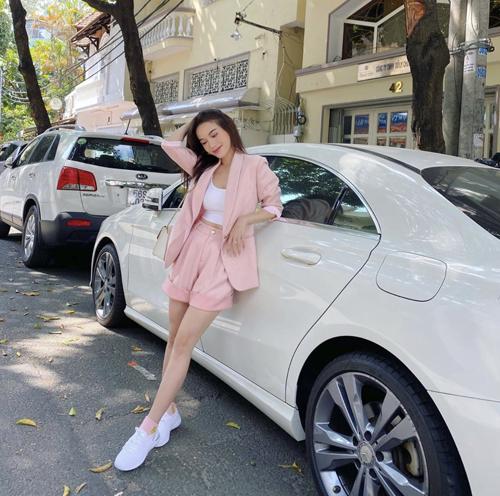 Thay thế cho những kiểu suit dài, blazer thu đông là trang phục dáng ngắn, vải mỏng nhẹ để hài hòa với tiết trời oi nồng. Sĩ Thanh nhanh chóng cập nhật trend mới để khiến phong cách street style của cô cuốn hút hơn.