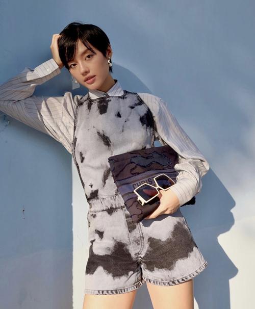 Khánh Linh khoe dáng với thiết kế jumpsuit dáng ngắn được sao Việt lăng xê ở đầu mùa hè 2020.