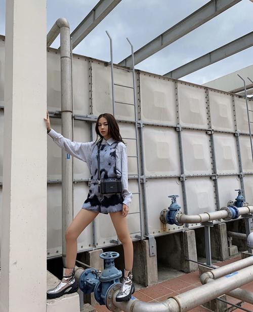 Phí Phương Anh chọn bốt ánh kim, túi đeo chéo đường nét mạnh mẽ khi đụng hàng Khánh Linh, Đông Nhi.