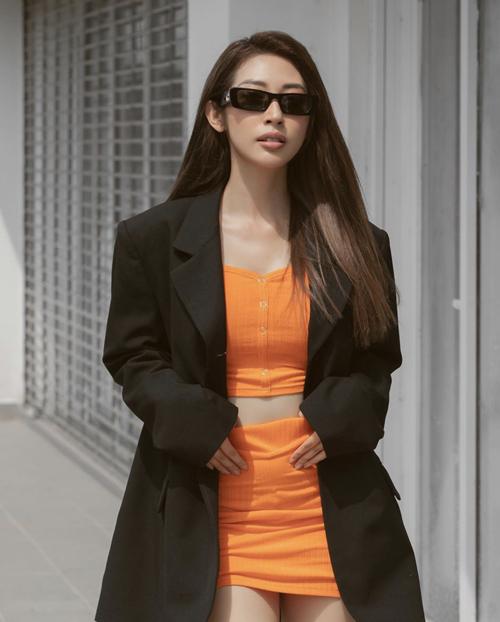 Sắc cam nổi bật của set đô thun giúp Khổng Tú Quỳnh nổi bật trên phố khi theo đuổi trào lưu diện suit và blazer mùa hè.
