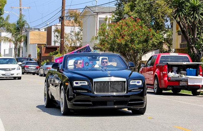 Simon Cowell lái xe chở Lauren Silverman trên chiếc Rolls-Royce đi mua sắm ở Malibu, California hôm 10/5.