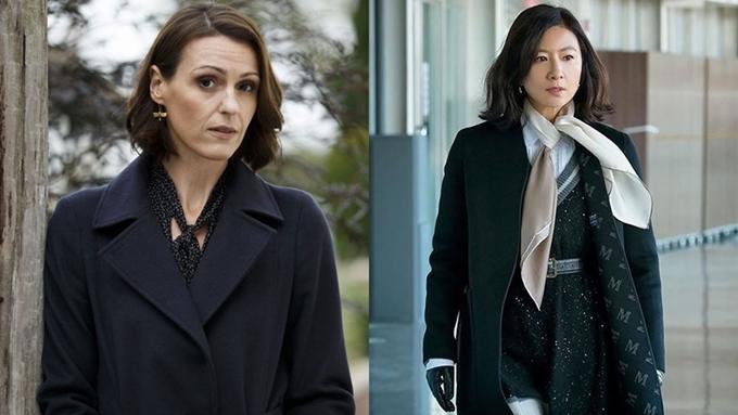 Về tạo hình, bác sĩ Gemma Foster trong Doctor Foster (trái) và bác sĩ Ji Sun Woo trong Thế giới hôn nhân khá giống nhau. Họ để kiểu tóc ngắn tương tự, diện nhiều bộ cánh công sở sành điệu, tỏa ra khí chất sang trọng và thành đạt. Nhưng về tính cách, Sun Woo có phần mạnh mẽ hơn. Khi biết chồng ngoại tình, cô từng cho anh cơ hội thừa nhận.