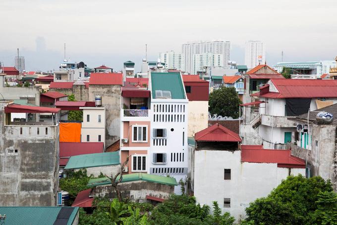 Công trình nằm trong một khu vực có mật độ dân số cao gần khu vực trung tâm Hà Nội. Đặc điểm của mảnh đất xây dựng công trình không mấy vuông vức, có hẻm vào nhà chỉ rộng 1,3 - 1,5 m, vừa đủ để xe máy đi lại.
