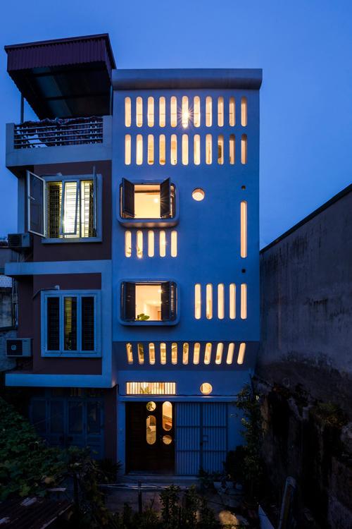 Với những điều kiện sẵn có này, nhóm kiến trúc sư (KTS) đã thiết kế căn nhà giúp thông gió, mang đến nhiều ánh sáng tự nhiên.Mặt tiền của căn nhà có nhiều lỗ lấy sáng tự nhiên thay vì các cửa sổ gắn thanh sắt, thép như các ngôi nhà khác và vẫn đảm bảo yếu tố an toàn.