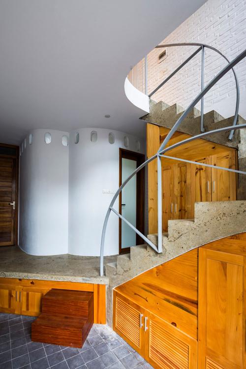 Một thách thức khác với đội ngũ KTS là định hình lại phong cách sống trong kiểu nhà ống điển hình của Việt Nam bằng cách đặt câu hỏi về chức năng của từng phòng trong ngôi nhà.