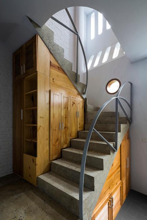 Các không gian dưới cầu thang được tận dụng làm tủ để đồ, tối ưu diện tích sử dụng.