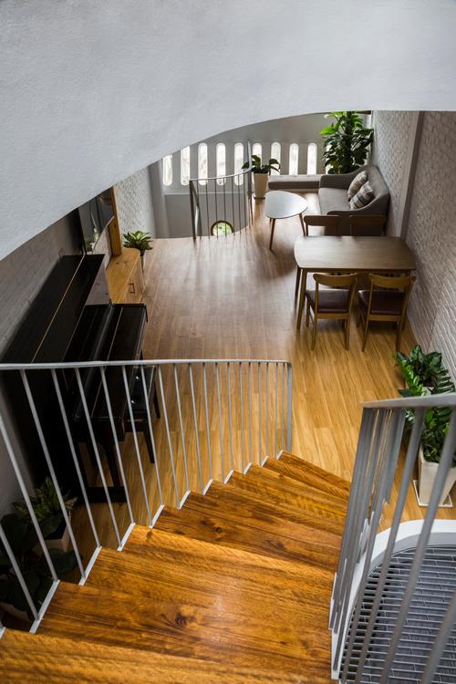 Không gian nhà được thiết kế như một căn phòng rộng lớn không có điểm kết thúc, hạn chế các tường ngăn.