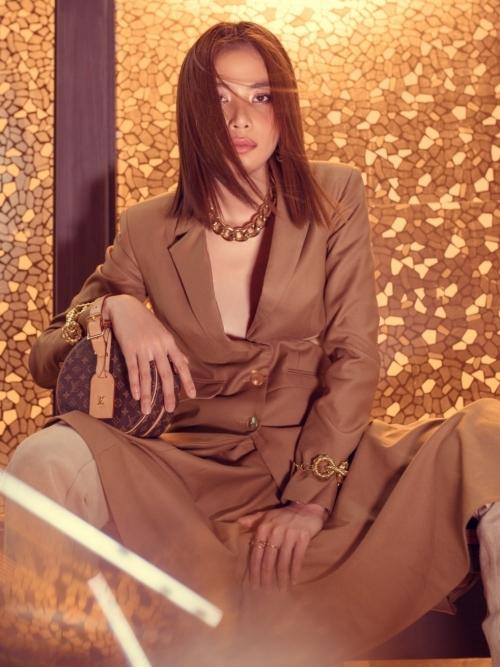 Nam Anh diện vest màu nâu trầm, kết hợp cùng chân váy mullet và giày ống lạ mắt. Cô phối thêm chiếc túi tròn Louis Vuitton đồng màu, tạo sự hài hoà cho tổng thể..