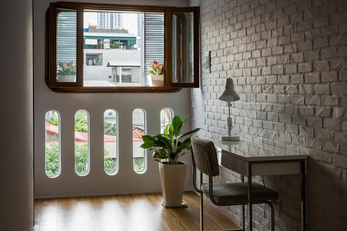 Hai cửa sổ của ngôi nhà có vai trò kiểm soát gió lùa vào nhà. Chúng tôi tạo ra không gian sống cho phép gia chủ nhìn ngắm thế giới bên ngoài mà vẫn đảm bảo an ninh, nhóm KTS tiết lộ.