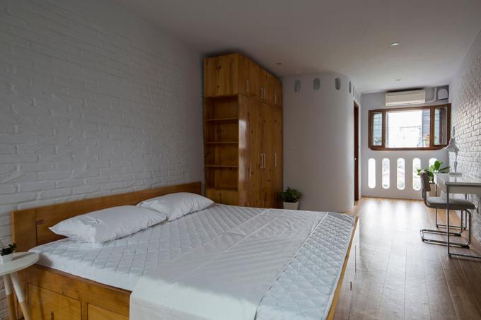 Phòng ngủ khác của căn nhà cũng đón được nắng, gió tự nhiên.