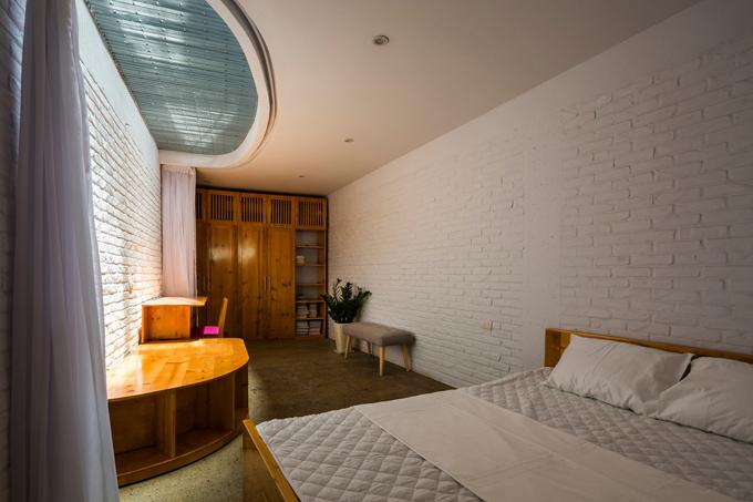 Phòng ngủ ở tầng 1, tầng 3 được phân tách với các không gian khác nhờ rèm che.