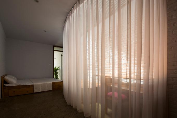Gia chủ sử dụng nội thất tối giản. Gầm giường ngủ có các ngăn kéo đựng đồ giúp tối ưu diện tích sử dụng.