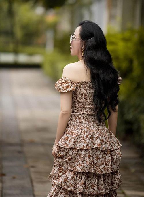 Nữ doanh nhân được bạn bè khen có bờ vai, mái tóc đẹp.