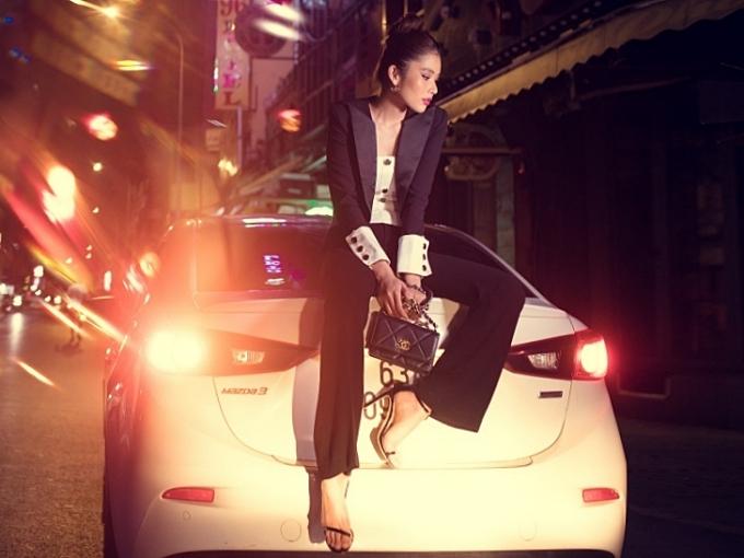 Nam Anh tiếp tục biến hoá với vest và quần tây đậm chất menswear, kết hợp với chiếc túi Chanel thanh lịch.