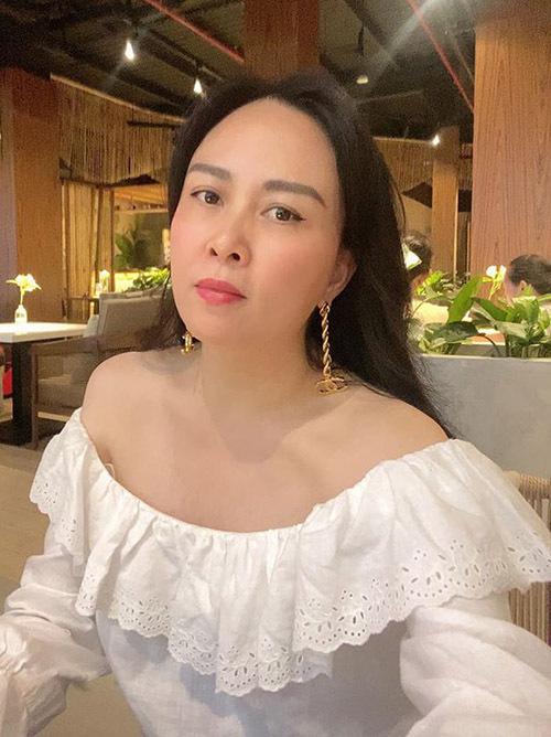 Phượng Chanel thấy may mắn vì được di truyền làn da trắng hồng tự nhiên từ bố mẹ. Nhờ vậy, trông cô trẻ trung hơn tuổi 43.