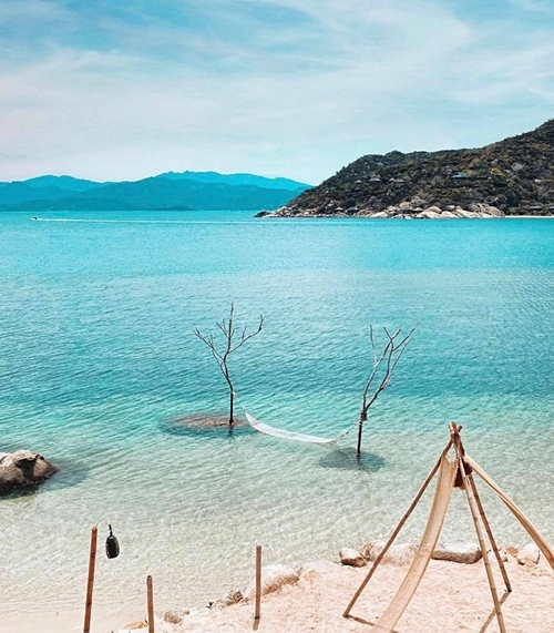 Không gian biển xanh, cát trắng khiến giọng ca Sorry vô cùng yêu thích. Cô khen cảnh sắc Việt Nam đẹp không thua kém Maldive.