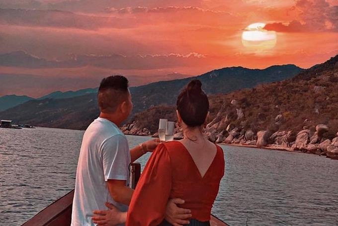Bảo Thy cùng chồng uống uống champagne, ngắm hoàng hôn ở vịnh Ninh Vân. Vợ chồng cô còn thể hiện tình cảm ngọt ngào bằng cử chỉ ôm nhau.Vì muốn giữ sự riêng tư cho ông xã, nữ ca sĩ chỉ đăng ảnh từ phía sau.